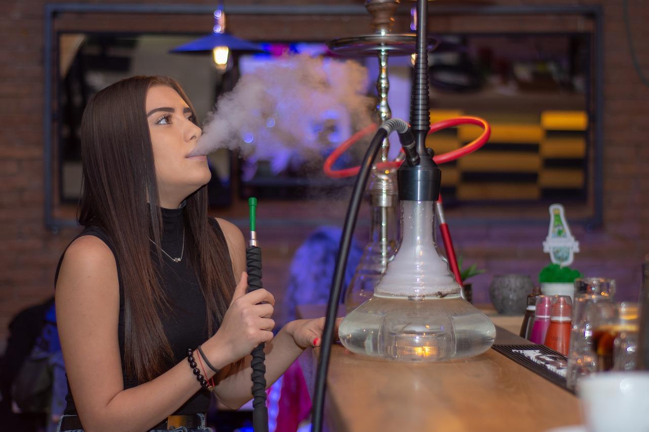 femme qui fume une chicha